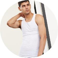 Modelo con camiseta interior blanca de resaque. Pulsa aquí para ver más ropa interior para hombres, abre en pestaña nueva.